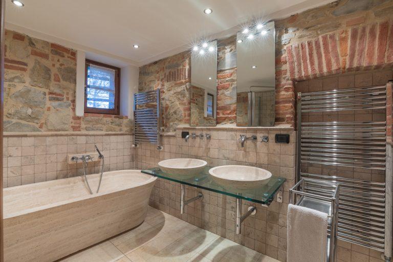 Villa with swimming pool Luisa Lucignano bath room marble (2)