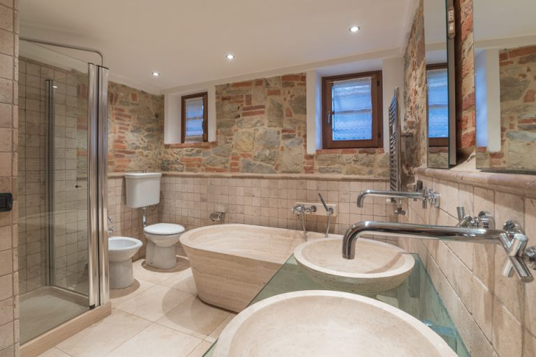 Villa with swimming pool Luisa Lucignano bath room marble